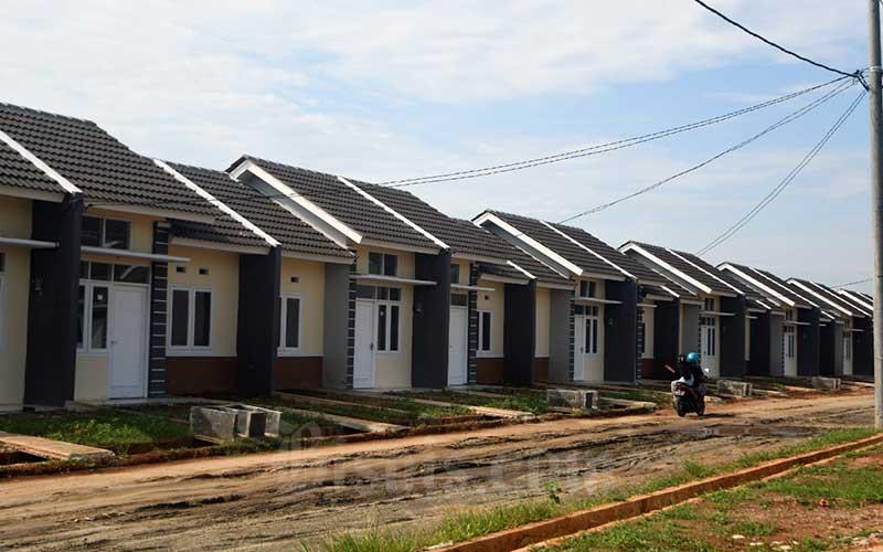 Ilustrasi - Warga melintas di proyek pembangunan rumah bersubsidi di Klapanunggal, Kabupaten Bogor, Rabu (27/5/2020). Bisnis - Abdurachman
