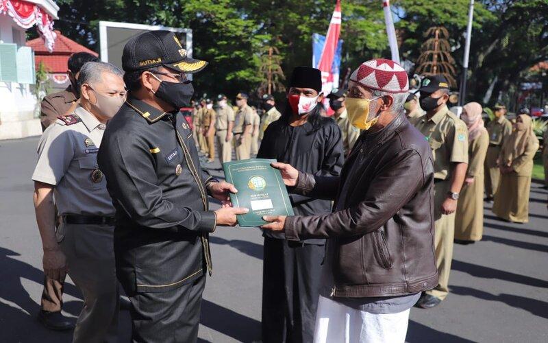 Wali Kota Malang Sutiaji menyerahkan sertifikat tanah pada warga pada penyerahan sertifikat program PTSL di Malang, Senin (24/8/2020). - Istimewa