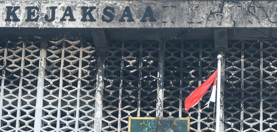 Kondisi gedung utama Kejaksaan Agung yang terbakar di Jakarta, Minggu (23/8/2020). Direktur Reserse Kriminal Umum Polda Metro Jaya Kombes Pol Tubagus Ade Hidayat mengatakan petugas dari tim laboratorium forensik (Labfor) dan Inafis menunda olah tempat kejadian (TKP) kebakaran gedung Kejaksaan Agung karena terkendala asap sehingga belum dapat menjangkau secara keseluruhan lokasi kebakaran, rencananya olah TKP akan dilakukan pada Senin (24/8/2020). - ANTARA FOTO/Galih Pradipta