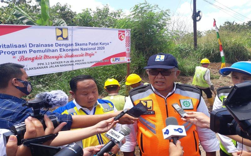 Kepala BBPJN Sumsel Kgs Syaiful Anwar (tengah) meninjau revitalisasi drainase dengan skema padat karya. bisnis/dinda wulandari