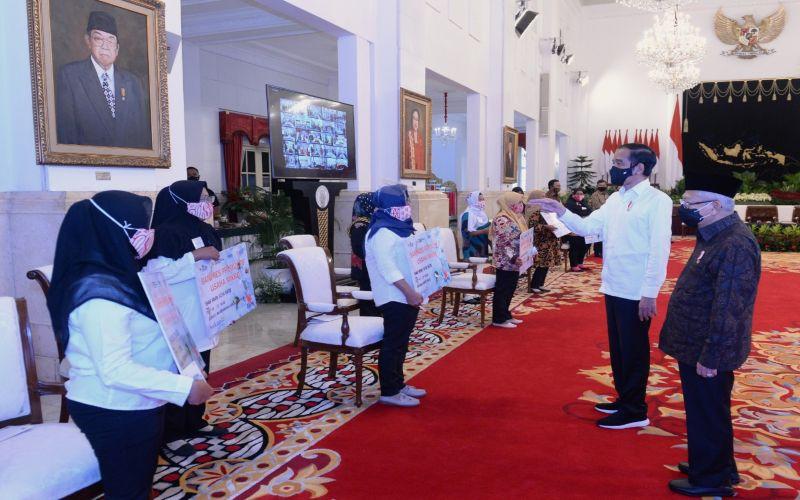 Presiden RI Joko Widodo (kedua kanan) dan Wakil Presiden RI Ma'ruf Amin (kanan) berbincang-bincang dengan para penerima Bantuan Presiden (Banpres) Produktif bagi pelaku usaha mikro di Jakarta, Senin (24 Agustus 2020). BNI dipercaya oleh Kementerian Koperasi dan UKM untuk menyalurkan Banpres Produktif bagi pelaku usaha mikro yang merupakan nasabah PNM Mekaar dengan jumlah sebesar Rp2,4 juta per orang.  -  Dok. BNI