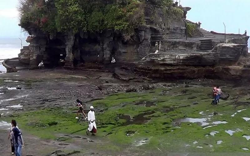 Suasana objek wisata Tanah Lot di Kabupaten Tabanan, Bali, saat pertama kali dibuka di tengah pandemi Covid-19. - Antara