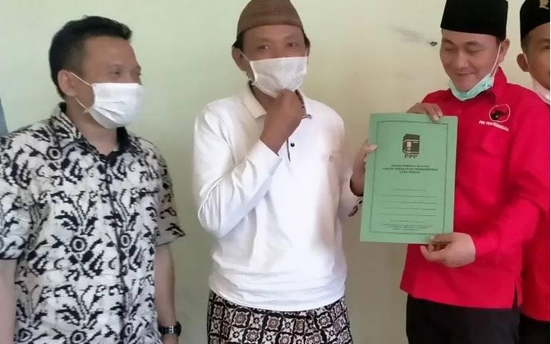 Ketua DPC PDI Perjuangan Kabupaten Rembang Ridwan menyerahkan berkas pendaftaran kepada Ketua Desk Pilkada DPW PPP Abdul Aziz. - Antara