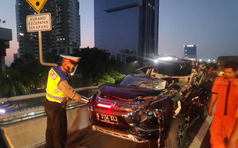 Kendaraan jenis minibus Mitsubishi Pajero bernomor polisi B 2134 SIJ warna hitam ringsek di bagian mesin serta kabin bagian depan kendaraan karena tabrakan dengan truk di KM.10 layang Slipi arah Semanggi, Selasa (25/8/2020) pagi. - TMC Polda Metro Jaya