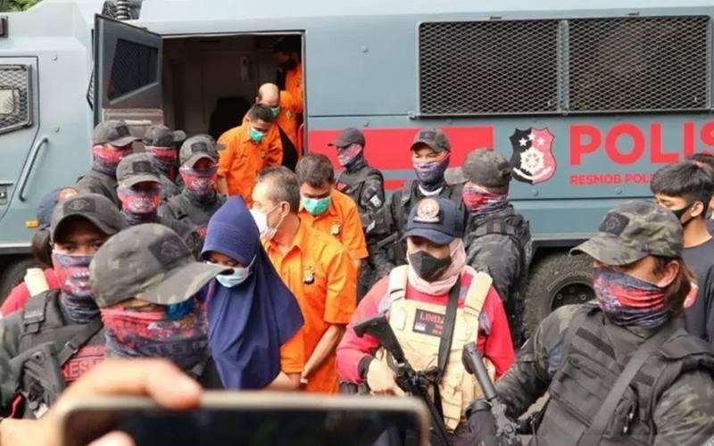 Otak pelaku penembakan terhadap bos pelayaran, Nur Luthfiah (34) (kerudung biru) di Markas Polda Metro Jaya, Senin (24/8/2020). - Antara