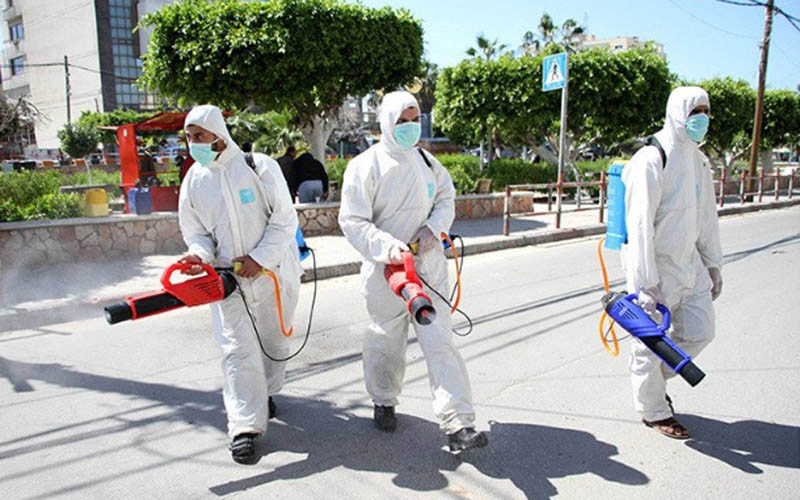 Ilustrasi-Proses penyemprotan disinfektan di jalan di Kota Gaza, Palestina, pada Minggu (22/3/2020) untuk membasmi virus corona./Antara - Xinhua