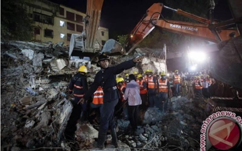 Ilustrasi-Petugas penyelamat memanggil untuk mendapatkan brankar, sementera lainnya mencari korban selamat dari puing reruntuhan gedung apartemen di Mumbai, Sabtu (28/9)./Antara - Reuters/Danish Siddiqui)