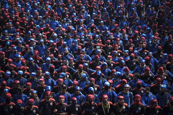 Ilustrasi-Ribuan buruh dari berbagai aliansi se-Jabodetabek melakukan 'longmarch' di Jalan Medan Merdeka Barat, Jakarta, Jumat (30/10/2015). - Antara
