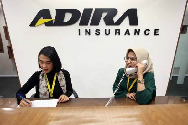 Karyawan beraktivitas di kantor Adira Insurance di Jakarta, Rabu (8/11). - JIBI/Abdullah Azzam