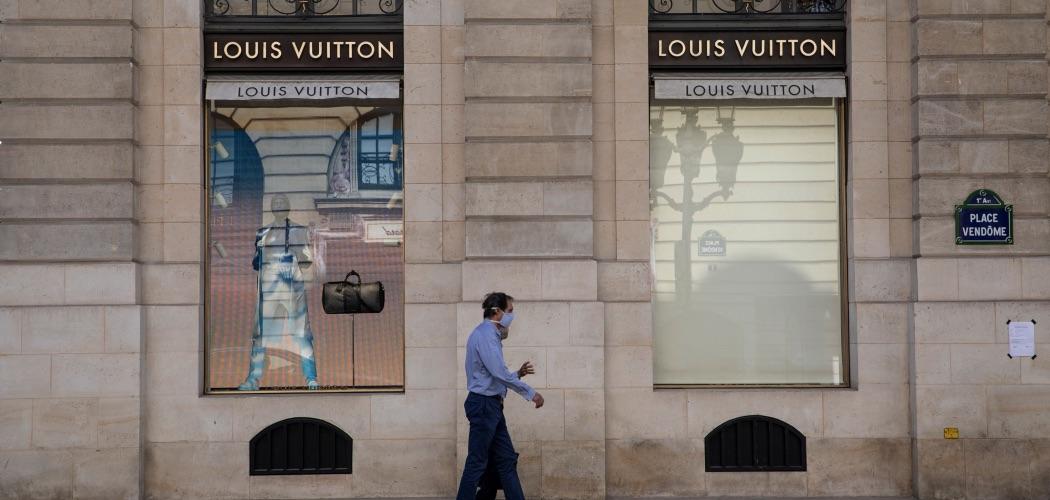 Pejalan kaki berjalan di depan gerai LVMH Moet Hennesy Louis Vuitton SE di Paris, Prancis, Selasa (28/7/2020). - Bloomberg/Adrienne Surprenant