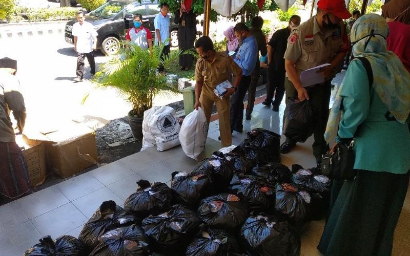 Puluhan ribu masker yang akan diberikan kepada masyarakat di Kabupaten Cirebon, Jawa Barat, sebelum adanya penerapan sanksi. - Bisnis/Hakim Baihaqi