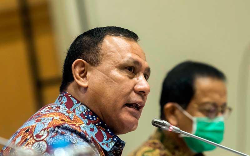 Ketua KPK Firli Bahuri (kiri) - Antara/Muhammad Adimaja