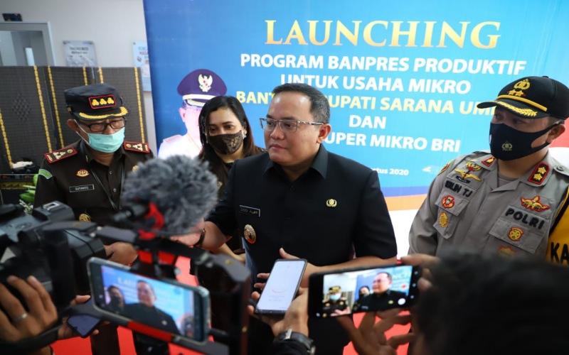 Bupati Musi Banyuasin Dodi Reza Alex memberikan keterangan kepada wartawan terkait bantuan presiden produktif usaha mikro dan bantuan bupati sarana UMKM. istimewa