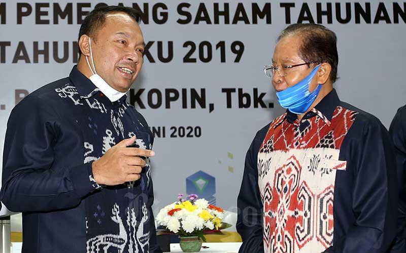 Direktur Utama PT Bank Bukopin Tbk. (BBKP) Rivan A. Purwantono (kiri) berbincang dengan Komisaris Utama Mustafa Abubakar. Bisnis - Abdullah Azzam\n