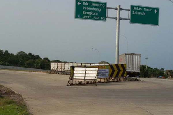 Titik nol jalan tol Trans-Sumatra di sisi luar Pelabuhan Bakauheni, Lampung Selatan, Provinsi Lampung. Gambar diambil pada Senin (14/8/2017). - Bisnis.com/M. Syahran W. Lubis
