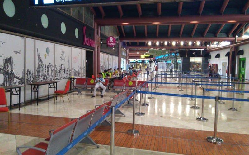 Suasana terminal 2 Bandara Soekarno-Hatta pada Kamis (15/5/2020) siang, tampak sepi setelah sempat terjadi antrean penumpang tanpa jarak yang berisiko terjadi penularan Covid-19 pada Kamis (14/5/2020) pagi. JIBI - Bisnis/Abdul Azzam