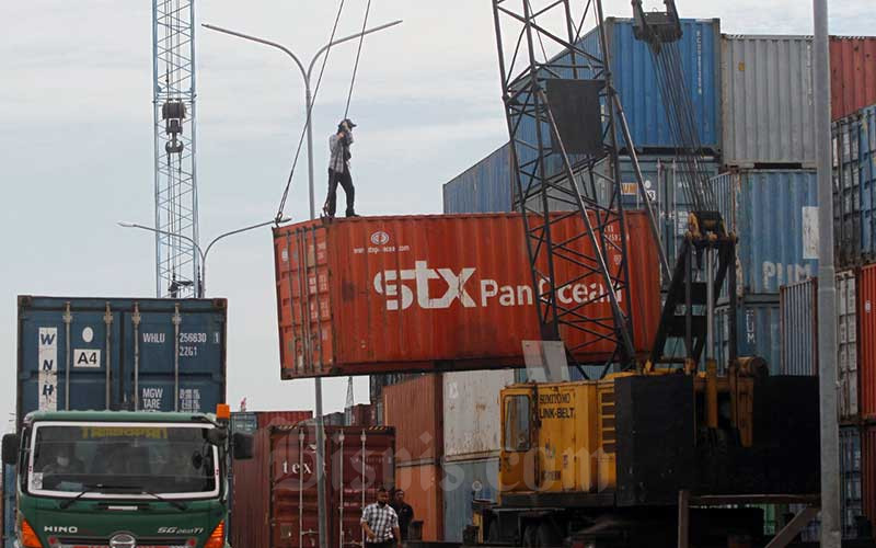 Ilustrasi pekerja melakukan aktivitas bongkar muat peti kemas di Pelabuhan Sunda Kelapa, Jakarta, Selasa (19/5/2020). Bisnis - Himawan L Nugraha