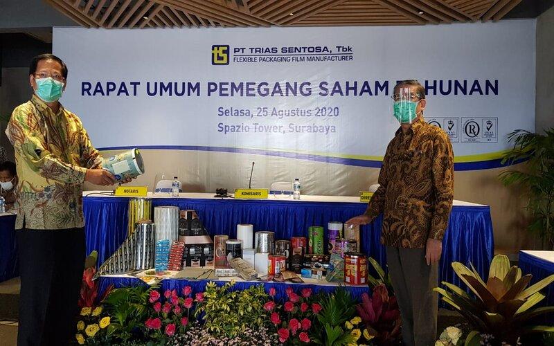 Direktur Utama Trias Sentosa, Sugeng Kurniawan (kanan) saat memamerkan sejumlah produk kemasan dalam paparan publik di Surabaya, Selasa (25/8/2020). - Bisnis/Peni Widarti