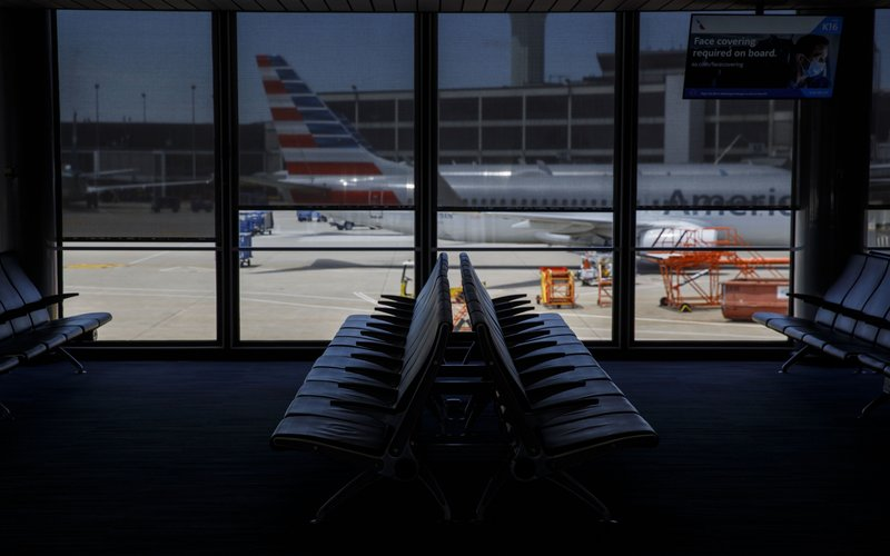 Ilustrasi-Pesawat milik American Airlines Group Inc. diparkir di bandara O'Hare International Airport (ORD) di Chicago, Illinois, AS -  Bloomberg/Patrick T. Fallon