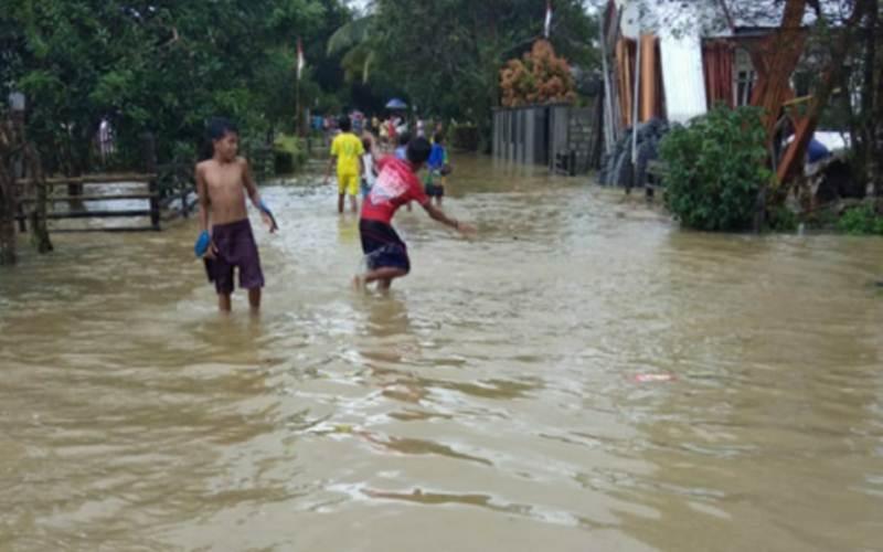Banjir merendam ratusan rumah warga di Desa Haruru hingga Dusun Simalou Kabupaten Maluku Tengah yang berada di Pulau Seram, Provinsi Maluku pada Selasa (25/8/2020)./Antar - HO/BPBD Maluku Tengah/Daniel Leonard