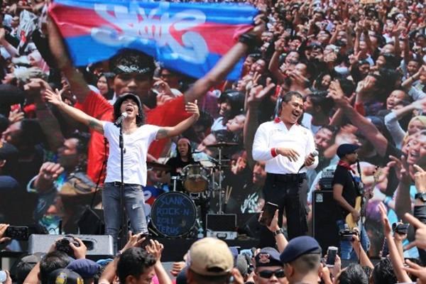Vokalis grub band Slank, Akhadi Wira Satriaji, di lapangan Benteng Medan, Minggu (24/3/2019), mengajak milenial di Sumatera Utara tinggalkan narkoba. - Antara