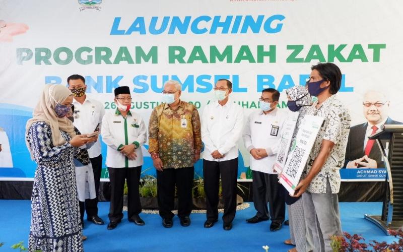 Direktur Bank Sumsel Babel Achmad Syamsudin (tengah) bersama Wali Kota Palembang Harnojoyo (keempat dari kanan) saat peluncuran program Ramah Zakat Bank Sumsel Babel. - Bisnis/Dinda Wulandari