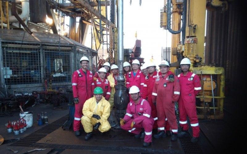 Warna negara Indonesia yang bekerja di kapal pengeboran minyak Fatih berfoto bersama dengan pekerja lainnya. - KJRI Istanbul