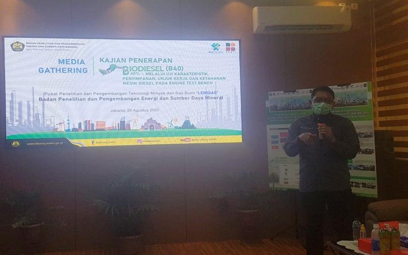 Kepala Badan Litbang ESDM Dadan Kusdiana memaparkan kemajuan kegiatan uji teknis B40 di laboratorium Badan Litbang ESDM, Rabu (26/8/2020). - Bisnis/Denis Riantiza M.