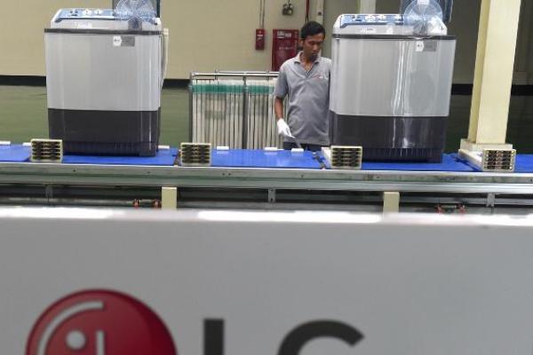 Perakitan mesin cuci di pabrik LG, Legok, Tangerang, Banten, Kamis (26/2/2015)./Antara - M Agung Rajasa
