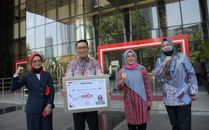 Gubernur Jabar Ridwan Kamil (kedua kiri) menerima penghargaan pencegahan korupsi dari KPK - Istimewa