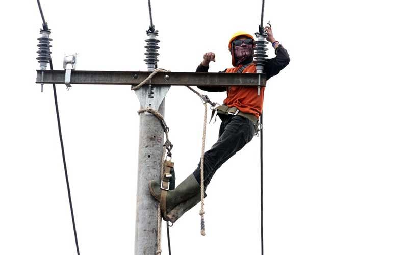 Petugas memasang kabel tegangan tinggi. Hingga Juli 2020, rasio elektrifikasi Provinsi NTT telah mencapai 86,13 persen. Sedangkan hingga Agustus 2020, rasio desa berlistrik telah mencapai 94,33 persen.  - Bisnis/Dedi Gunawan