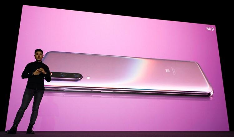 Direktur Manajemen Produk Xiaomi Donovan Sung memperkenalkan ponsl terbaru Xiaomi, Mi 9, menjelang Mobile World Congress (MWC 19) di Barcelona, Spanyol pada Minggu (24/2/2019) waktu setempat. REUTERS - Rafael Marchante.