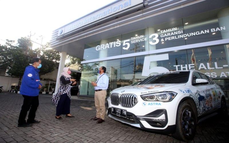 Aftersales Manager BMW Astra Jateng-DIY Yayat Suryatna (dari kanan) berbincang dengan Kepala Perwakilan Bisnis Indonesia Semarang Farodilah Muqoddam dan Ketua Tim Jelajah Investasi Jabar-Jateng-Yogya Bisnis Indonesia Yanto Rachmat Iskandar saat menerima Tim Jelajah Investasi Jabar-Jateng-Yogya Bisnis Indonesia di Dealer BMW Astra Semarang, Jawa Tengah, Rabu (26/8). BMW Astra mendukung tim Jelajah untuk mendalami potensi investasi di daerah. (Bisnis - Rachman)