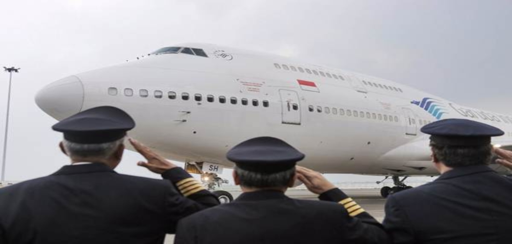 Pilot dan kru pesawat memberi penghormatan terakhir kepada pesawat Garuda Boeing 747-400 di Hanggar 4 GMF Aero Asia, Tangerang, Banten, Senin (9/10). PT Garuda Indonesia secara resmi mempensiunkan pesawat Boeing 747-400 terakirnya setelah beroprasi selama 23 tahun sejak 1994. Pelepasan pesawat ini juga menandai berakhirnya operasional penerbangan haji tahun 2017. JIBI/Bisnis - Felix Jody Kinarwan
