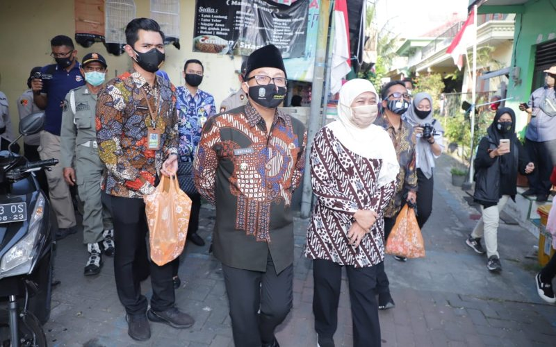 Wali Kota Malang Sutiaji (kiri) bersama Gubernur Jatim Khofifah Indar Parawansa pada Gerakan 26 Juta Masker di Malang, Jumat (7/8 - 2020). Istimewa\n