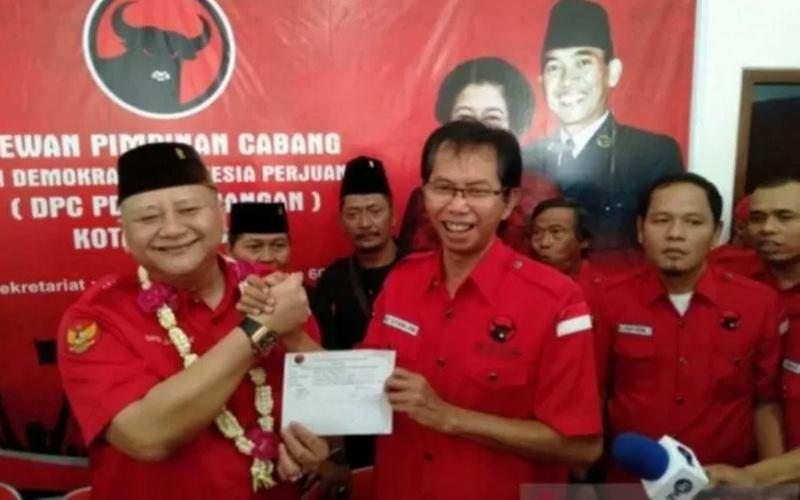 Ketua DPC PDIP Surabaya Adi Sutarwijono (dua kanan) menerima pengembalian formulir pendaftaran bakal cawali Surabaya dari Wakil Wali Kota Surabaya Whisnu Sakti Buana di Kantor DPC beberapa waktu lalu. - Antara