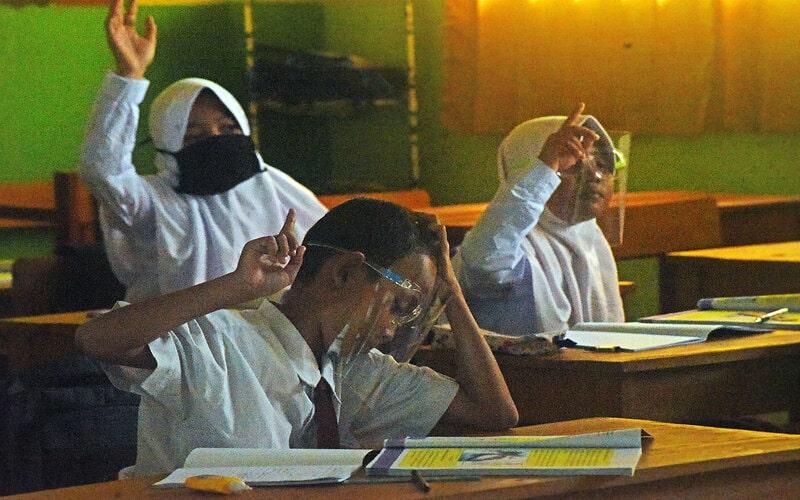 Sejumlah murid SD Negeri Curug mengikuti kegiatan belajar mengajar tatap muka dengan menerapkan protokol kesehatan era normal baru (new normal) di Serang, Banten, Selasa (18/8/2020). - Antara/Asep Fathulrahman