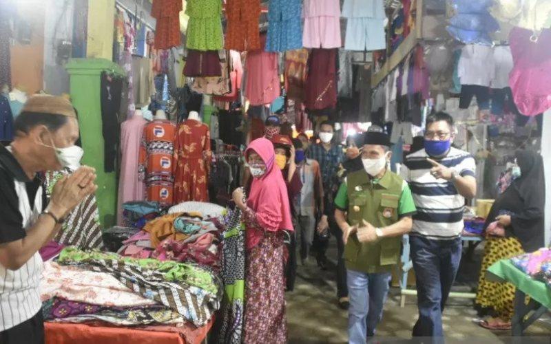 nnBupati Gorontalo Nelson Pomalingo (kedua kanan) melakukan sosialisasi penerapan Sosial Berskala Besar (PSBB) untuk pencegahan penyebaran Covid-19 di pasar Kayubulan Limboto, Kabupaten Gorontalo, Sabtu (3/5 - 2020). /ANTARA