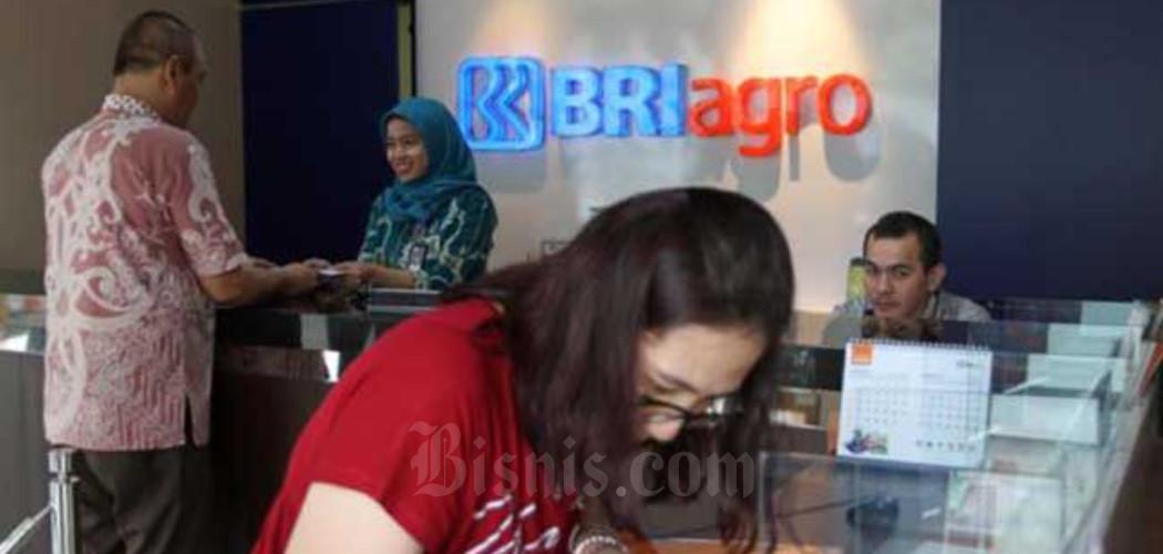 Karyawan melayani nasabah di cabang utama PT BRI Agroniaga Tbk. di Jakarta, Senin (27/1/2020). - Bisnis/Endang Muchtar
