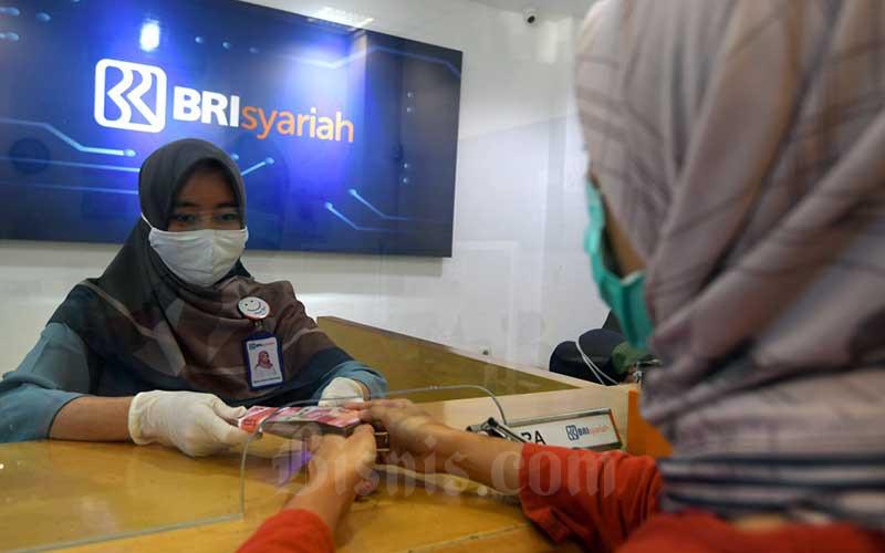 Karyawan melayani nasabah di salah satu kantor cabang BRI Syariah di Jakarta, Rabu (29/7/2020). Bisnis - Abdurachman