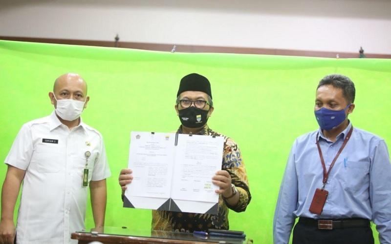 Wali Kota Bandung Oded M. Danial (tengah)