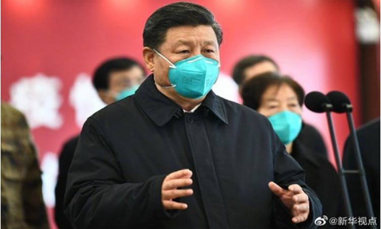 Presiden China Xi Jinping  menuju ke Rumah Sakit (RS) Huoshenshan setelah tiba di Wuhan untuk melakukan kunjungan inspeksi, Selasa (10/3 - 2020). Wuhan merupakan kota di Provinsi Hubei yang menjadi pusat penyebaran Virus Corona atau Covid/19. Foto: Antara dari Xinhua