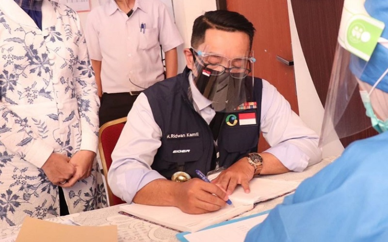 Gubernur Jabar Ridwan Kamil melalui proses tahap 1 dari 5 tahap tes vaksin Covid-19 di Puskesmas Garuda Bandung. Tahap 1 ini adalah pemeriksaan kesehatan, pengambilan swab, pengecekan kondisi paru-paru dan penandatanganan surat perjanjian hak dan kewajiban ini. - Istimewa