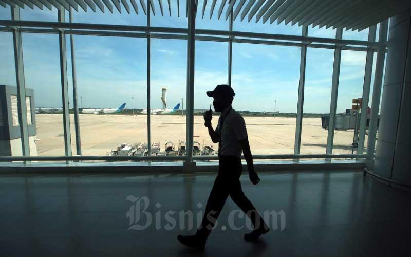 Ilustrasi petugas melakukan rutinitas pemeriksaan di selasar Bandara Internasional Jawa Barat (BIJB) Kertajati, Kabupaten Majalengka, Jawa Barat, Rabu (24/6/2020). Bisnis - Rachman