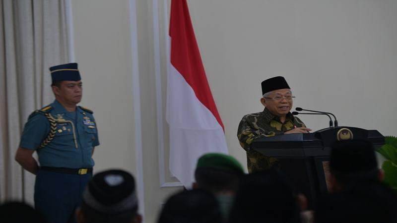 Wapres Maruf Amin (tengah) menerima laporan saat meninjau Stasiun Kereta Api Serang di Serang, Banten, Kamis (30/1/2020).  - Antara