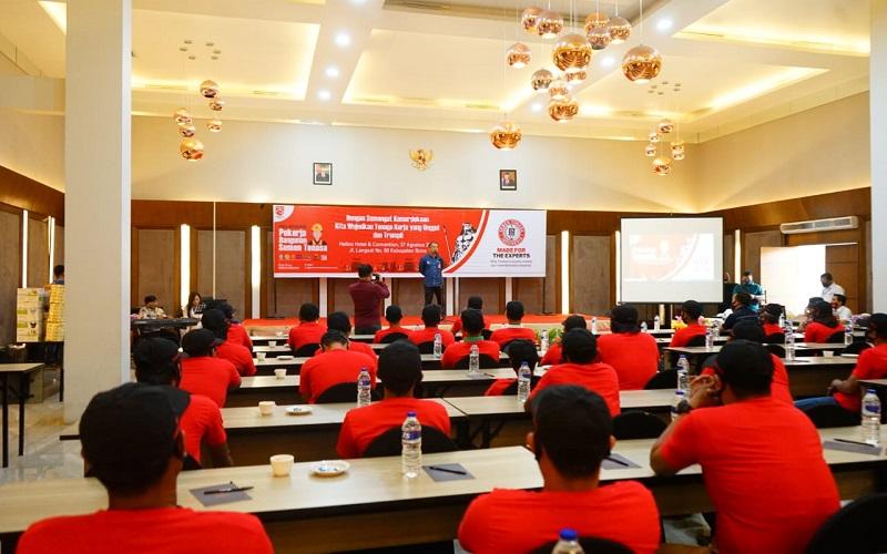 PT. Semen Tonasa melatih sejumlah pekerja bangunan di Kabupaten Bone, Kamis (27/8/2020) - Istimewa