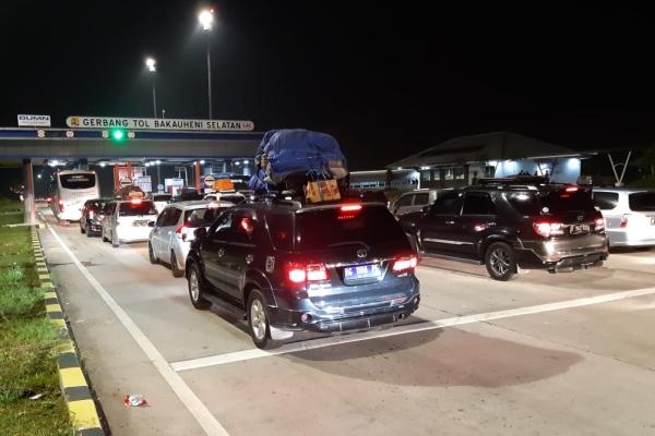 Antrean kendaraan di gerbang tol Bakauheni Selatan, Kalianda, Lampung./Bisnis - David Eka Issetiabudi