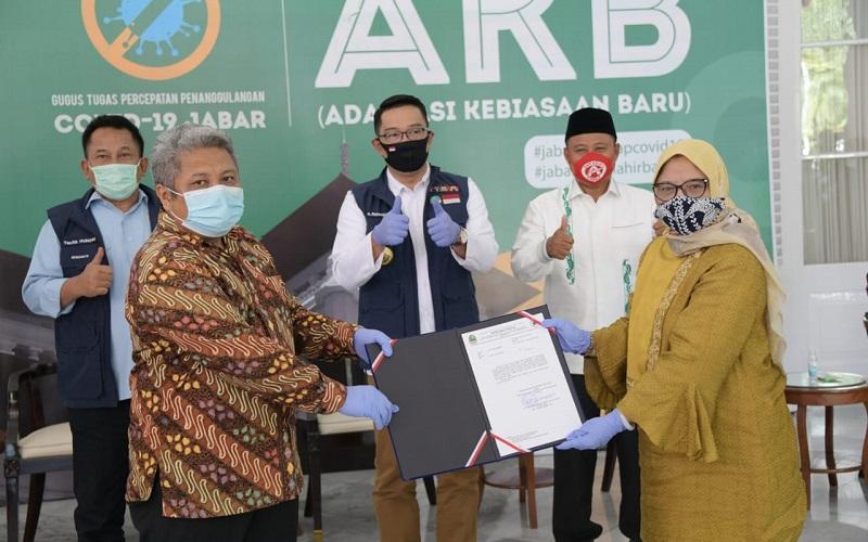 Ketua Gugus Tugas Percepatan Penanggulangan Covid-19 Jawa Barat sekaligus Gubernur Jabar Ridwan Kamil secara simbolis menerima bantuan dari para donatur di Gedung Pakuan - Istimewa