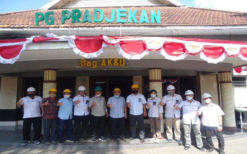 Pelaksana tugas (plt) Direktur PTPN XI Agus Setiono (tengah, biru, helm kuning).
