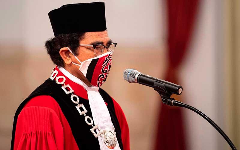 Hakim Mahkamah Konstitusi (MK) Manahan Sitompul bersiap mengikuti pelantikan di Istana Negara, Jakarta, Kamis (30/4/2020). ANTARA FOTO/Sigid Kurniawan - POOL